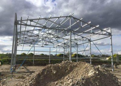 Bâtiment avec acrotère et photovoltaïque